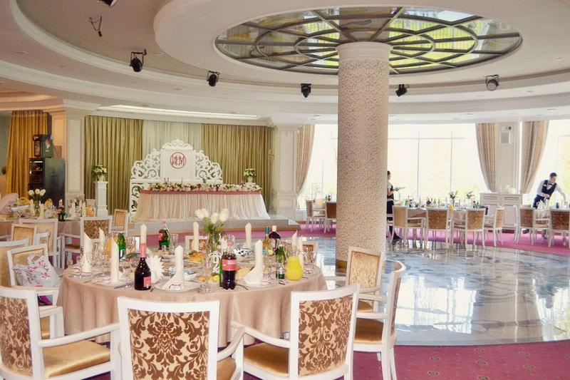 При покупке свадебного платья в салоне Каприз или IVORI скидка на оформление зала 50%